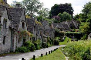 Cotswolds Inghilterra romanzo giallo Agatha Raisin e la casa infestata